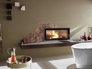 Poêle de masse intégré dans le mur de la salle de bain avec finition beige foncée imprimé de motif.